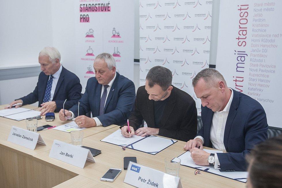 Podpis koaliční smlouvy proběhl 31. října v Liberci. Na snímku zleva je Jiří Němeček z ANO, Jaroslav Zámečník a Jan Berki ze Starostů pro Liberecký kraj a Petr Židek z ODS.