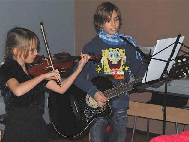 ZDENĚK BUŠ hraje kromě bicích také na elektrickou a akustickou kytaru a klávesy. Na fotografii je se sestrou.