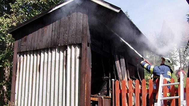 Požár kůlny v obci Chuchelna.