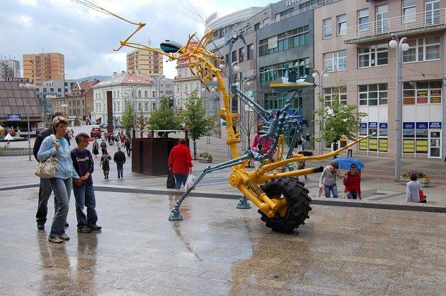 SOCHY V ULICÍCH. Projekt Sculpture Forum Liberec 2007 promění okolí Soukenného náměstí na čtyři měsíce.