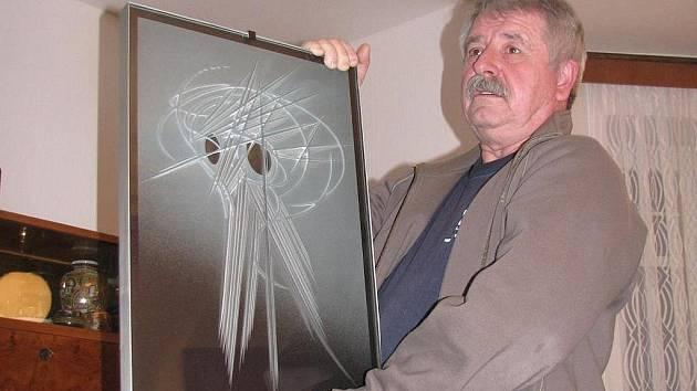 IVAN KOLMAN.  Své obrazy tvoří unikátní metodou pískování a broušení, která je nejen v tuzemsku ojedinělá.