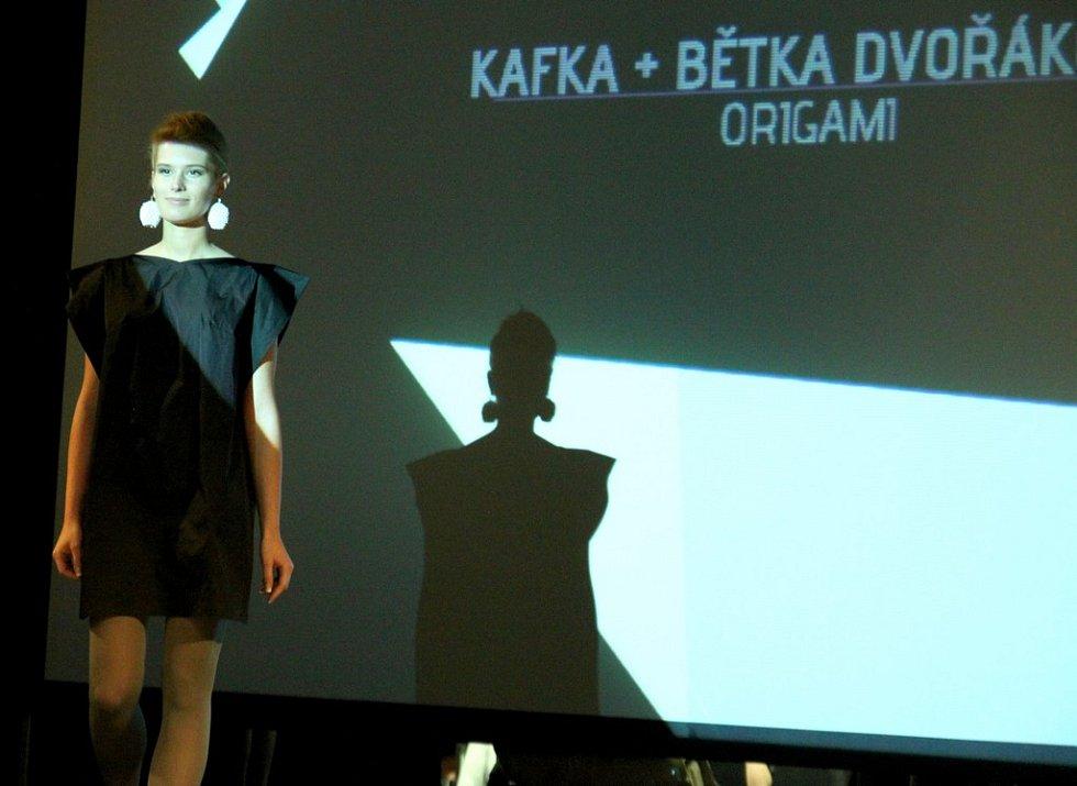 Fashion show Kafka a Bětka Dvořáková: Origami na DrinkARTu ve vratislavických Desítkách