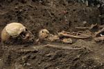 Čtyři desítky nalezených koster v sousedství hřbitovní zdi v Raspenavě se musí nafotit, změřit, zakreslit a opatrně vyjmout k analýze. Na snímku hlavní archeolog Severočeského muzea v Liberci Petr Brestovanský.