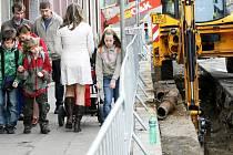 ROZSÁHLÁ REKONSTRUKCE ULIC ZAČALA. Projekt města Liberce na rekonstrukci několika ulic v centru, nazvaný Na Ladech, tento týden začal přeložkou plynového potrubí v ulici Valdštejnská.