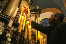 POŠTA PRO NEBE. Tak nazvali organizátoři zapalování svíček pod oltářem kostela v Dlouhém Mostě při Noci kostelů.