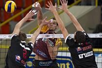 ODVETA. Volejbalisté liberecké Dukly Liberec (v tradičních dresech) porazili Selver Tallinn i v odvetě. Opět 3:0.