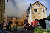 K požáru skladu dřevního materiálu se sjelo 12 jednotek hasičů.