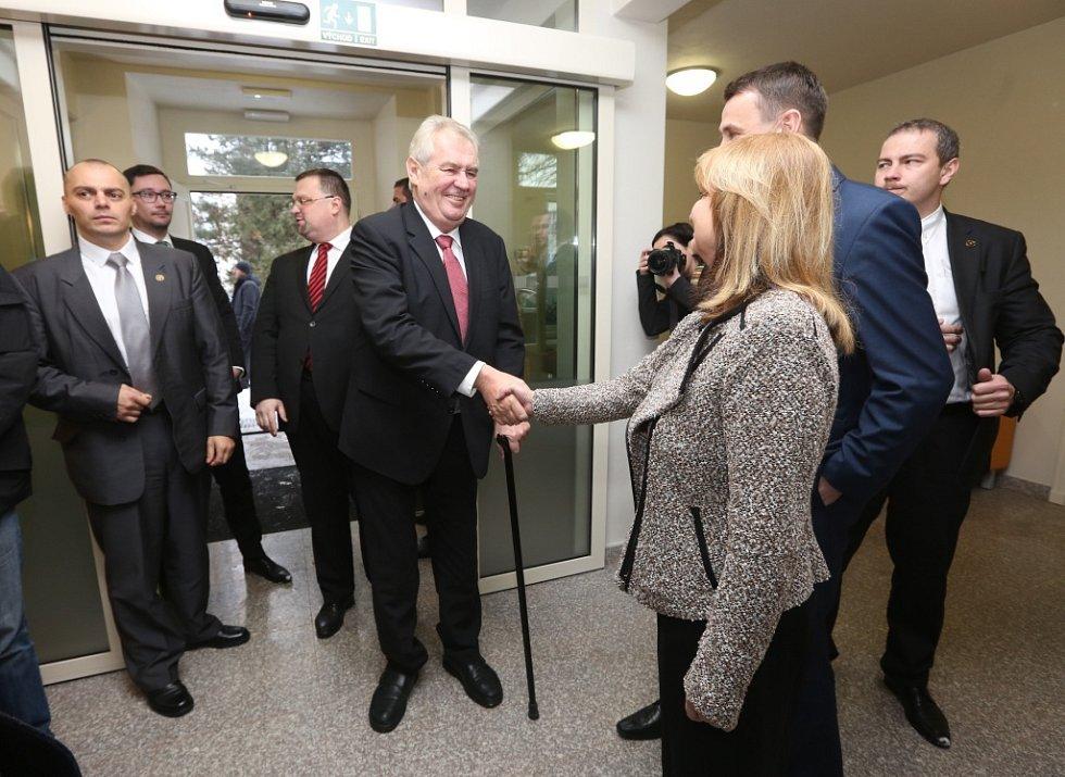 Slavnostní pásku přijel do libereckého hospice přestřihnout osobně Miloš Zeman.
