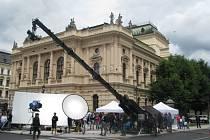 ULICI PŘED DIVADLEM F. X. Šaldy si včera na celý den zabral štáb na natáčení reklamy pro společnost distribuující energie.