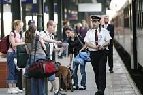 OPATRNOST SE VYPLÁCÍ. Také při cestování by si lidé měli dávat pozor na svá zavazadla i osobní věci.