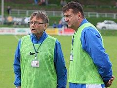 TRENÉŘI CHRASTAVY. Petr Rozmajzl a Josef Petřík mají nad čím přemýšlet. Inkasované góly v posledních minutách je stály dost bodů.