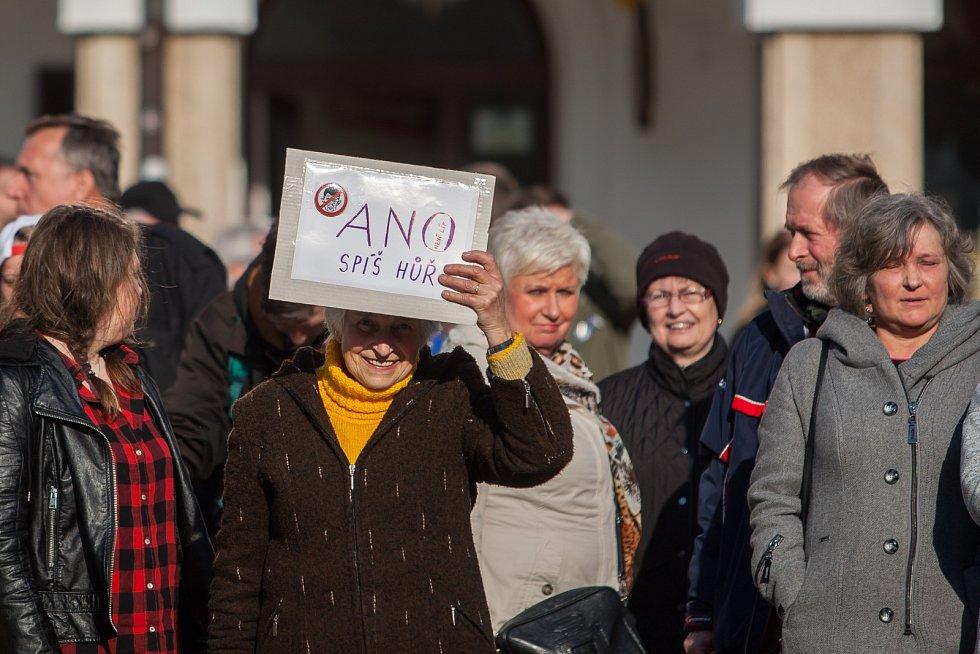 """Demostrace nazvaná """"Proč? Proto!"""" proběhla 10. května na náměstí Dr. E. Beneše v Liberci."""