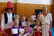 Gymnastky z Liberce spolu s Mankou a Rumchajsem.
