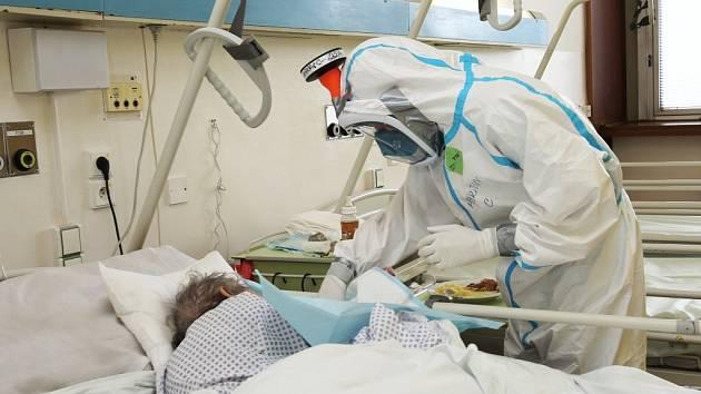 Péče o nakažené koronavirem je pro zdravotníky velmi náročná. Zdá se však, že ty nejhorší scénáře se nenaplní. Počet uzdravených totiž stoupá.
