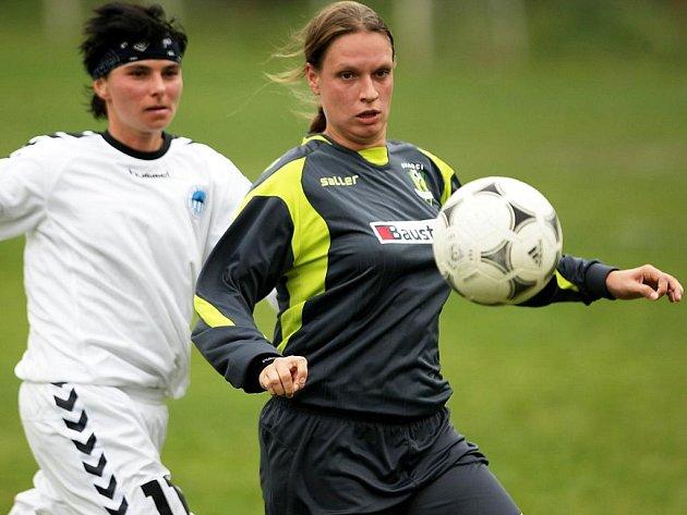 Tentokrát nad Vary zaslouženě 5:0. V černém hostující Kunešová, za ní domácí Petráčková.