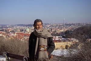 POSELSTVÍ KMENE HOPI. Od roku 1996 Roy Littlesun cestuje po světě, aby předal poselství zákona Stvoření. Česká republika je poslední částí jeho putování.