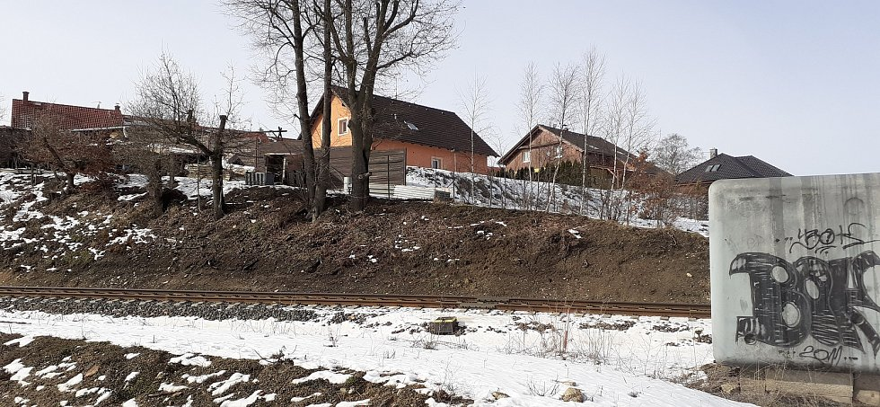 Kasino stojí u výpadovky z Liberce směrem  na Českou Lípu a Děčín.