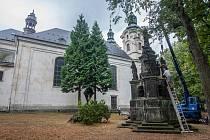 Restaurátorské práce na barokním morovém sloupu Panny Marie z dílny Matyáše Bernarda Brauna z roku 1717, který je umístěný na zahradě Kostela Nalezení sv. Kříže na Malém náměstí.