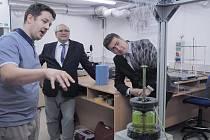 Litevský velvyslanec H. E. Laimonas Talat-Kelpša (vpravo) si na TUL v doprovodu rektora Miroslava Brzeziny (uprostřed) prohlédl i laboratoře a zajímal se o výrobu nanovláken.