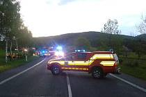 Dopravní nehoda. Řidička uvízla v autě.