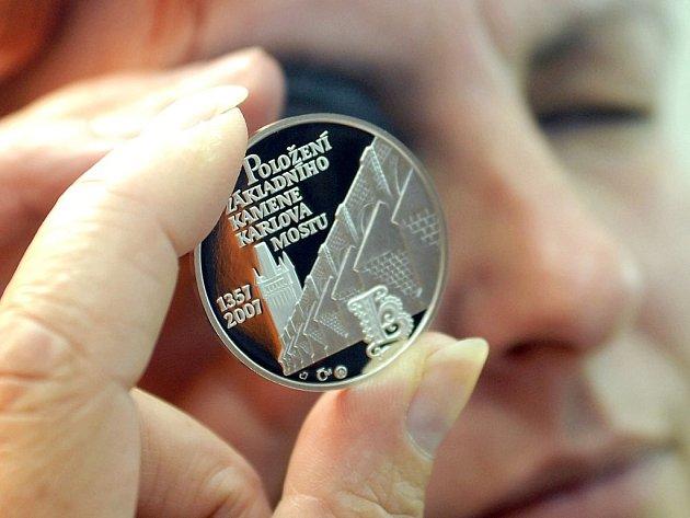 Irena Hartlová kontroluje medaili, kterou vyrazila Česká mincovna v Jablonci.