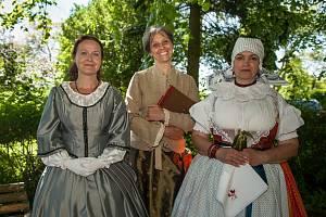 FESTIVAL KAROLINY SVĚTLÉ Součástí festivalu byla i přehlídka dobové měšťanské módy i venkovských krojů. Uprostřed herečka DFXŠ Markéta Tallerová, představitelka Karolíny Světlé