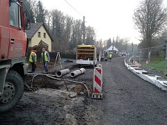 Ve Vítkově se konečně dočkali silnice. Na snímku silnice v době opravy.