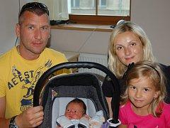 Mamince Elišce Handšuhové z Liberce se dne 4. srpna v liberecké porodnici narodil syn Matyáš. Měřil 50 cm a vážil 3,88 kg. Na fotografii je také s tatínkem Martinem a sestrou Terezií.