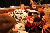 ZÁBAVU SI DĚTI UŽÍVAJÍ V ZOO. V rámci příměstského tábora se děti seznamují se životem zvířat. Hrají různé hry a učí se napodobovat zvuky zvířat. Také si vyzkoušely kostým bílého tygra.