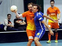 FUTSAL SE MUSEL LÍBIT. V souboji jsou Pavel Bína a Michael Rabušic, v pozadí Aleš Benek.