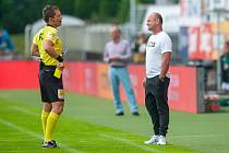 Trenér Slovanu Pavel Hoftych právě dostává žlutou kartu od rozhodčího Pechance.