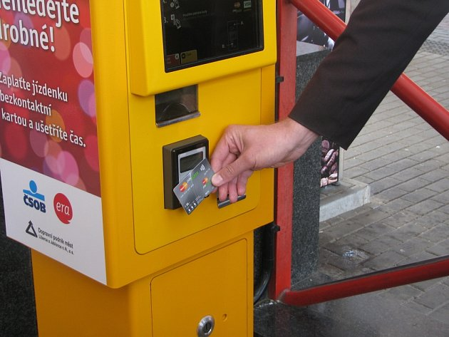 OD VČEREJŠÍHO DNE JE pro cestující k dispozici nový bezkontaktní automat na jízdenky.