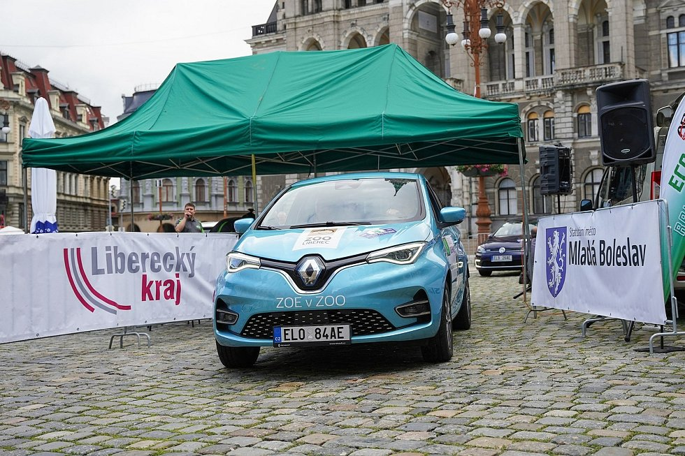 Elektromobily vyrazily od liberecké radnice na Rally Bohemia.