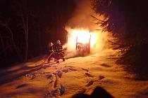 Požár chatky na Hartigově stezce v Tanvaldu.