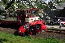 SMRTELNÁ NEHODA u Víchové nad Jizerou si vyžádala život spolujezdkyně. Řidič utrpěl těžké poranění, se kterým byl transportován do nemocnice