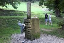 Socha s ulámanýma nohama zůstala po nájezdu vandalů viset na podstavci.
