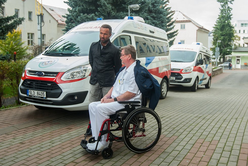 Obnova vozového parku Krajské nemocnice Liberec pokračovala 12. října předáním čtyř nových sanitních vozů značky Ford. Na snímku je generální ředitel nemocnice Luděk Nečesaný (v černém) a lékařský ředitel Richard Lukáš.