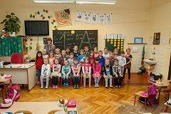 Prvňáci ze Základní školy Libere, ul. 5. května se fotili do projektu Naši prvňáci. Na snímku je s nimi třídní učitelka Drahomíra Richterová.