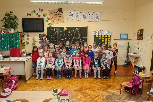 Prvňáci ze Základní školy Libere, ul. 5.května se fotili do projektu Naši prvňáci. Na snímku je snimi třídní učitelka Drahomíra Richterová.