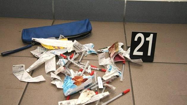 Partě zlodějů se krádež nevyplatila, našli u nich i drogy.