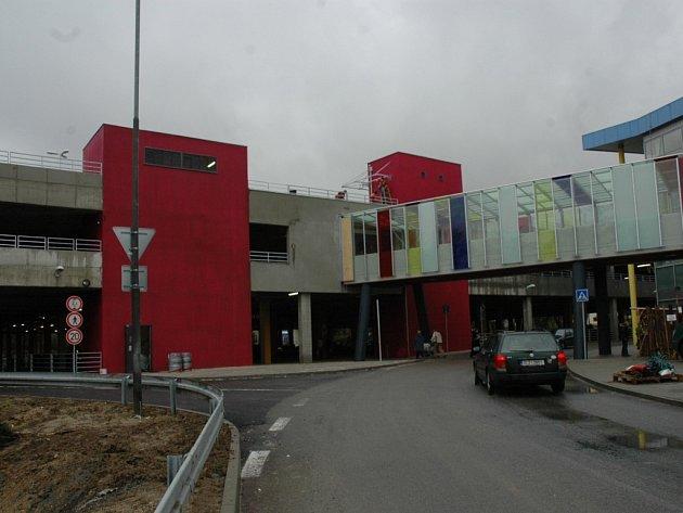 PARKOVACÍ DŮM. S obchodním centrem Nisa je propojený zastřešenou lávkou.