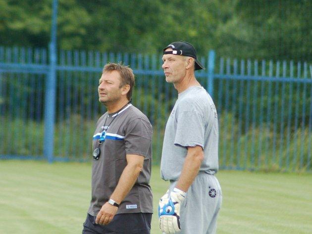 KAM DOJDE SLOVAN? Asistent trenéra Josef Petřík (vlevo) a trenér brankářů Milan Veselý kontrolují své svěřence na jednom z tréninků letní přípravy FC Slovan Liberec.