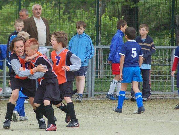 KLUCI NA MC DONALDU. Frýdlantský Michal Nosek (vlevo) se raduje z postupu do krajského kola 10. ročníku fotbalového turnaje. Uspějí Frýdlantští na hřišti U Nisy i dnes?