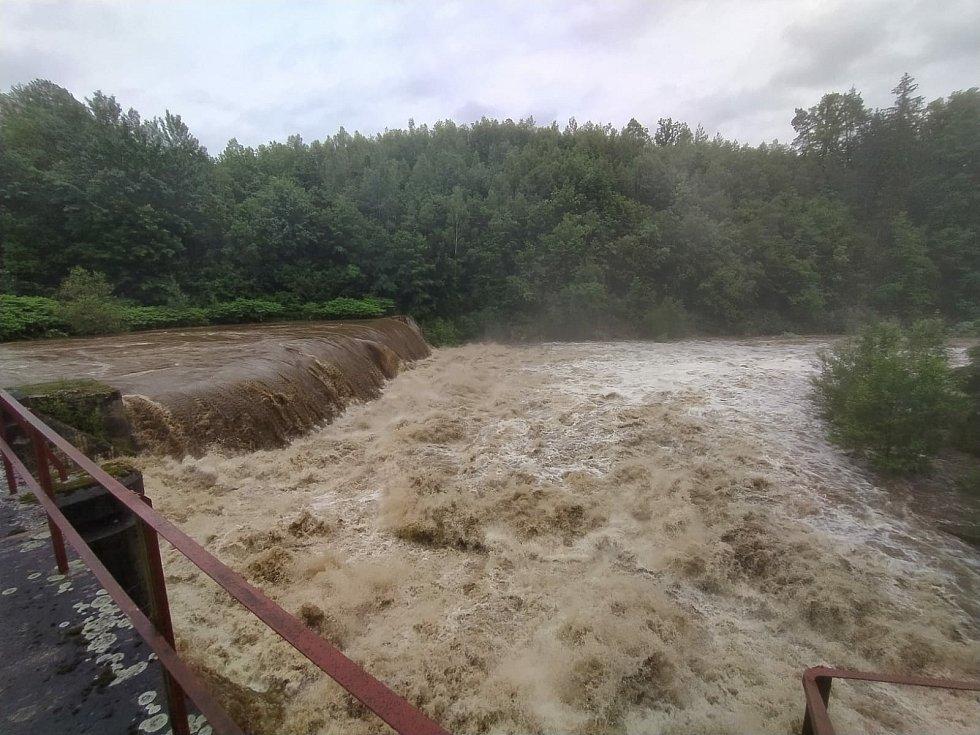 Stará přehrada na Smědé v lese před osadou Víska.