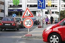 V ulici Milady Horákové za nově vybudovaným Obchodním centrem Forum je částečná uzavírka. Vjezd a výjezd do parking centra je také omezen.
