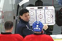 Trenér české reprezentace Vladimír Růžička objasňuje v Tipsport areně hráčům své představy pro taktiku na dnešní utkání se Švédskem.