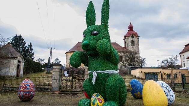 Obří zajíc obklopený kraslicemi dělal radost kolemjdoucím, turistům a především dětem ze školy a školky v Rynolticích na Liberecku, 2018.