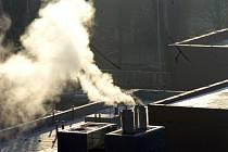 Kouřící komíny.Ilustrační foto