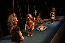 Naivní divadlo Liberec chystá premiéru původní loutkové hra dramatika Víta Peřiny Boj o oheň.