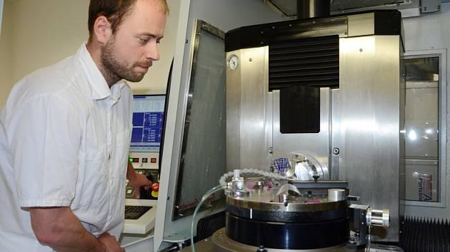 Roman Doleček je jedním z 36 pracovníků turnovského Regionálního centra speciální optiky a optoelektronických systémů Toptec. Obsluhuje přístroj Nanotech 350, který dokáže diamantovým hrotem jemně brousit jakékoliv materiály.